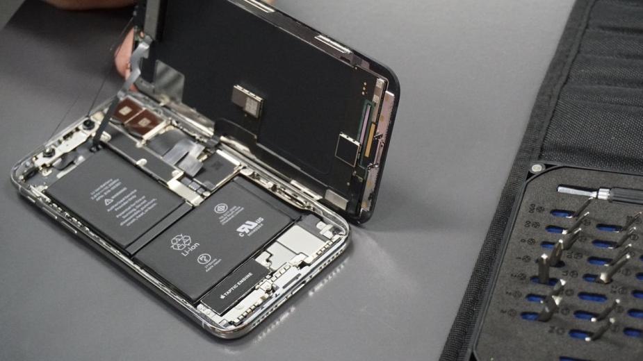 Apple ma wyjaśnić czemu zakazuje napraw iPhone'ów we własnym zakresie