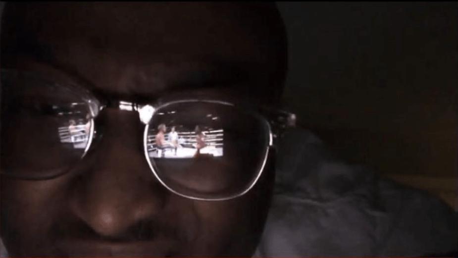 Ośmieszył YouTube streamując walkę bokserską youtuberów w odbiciu okularów
