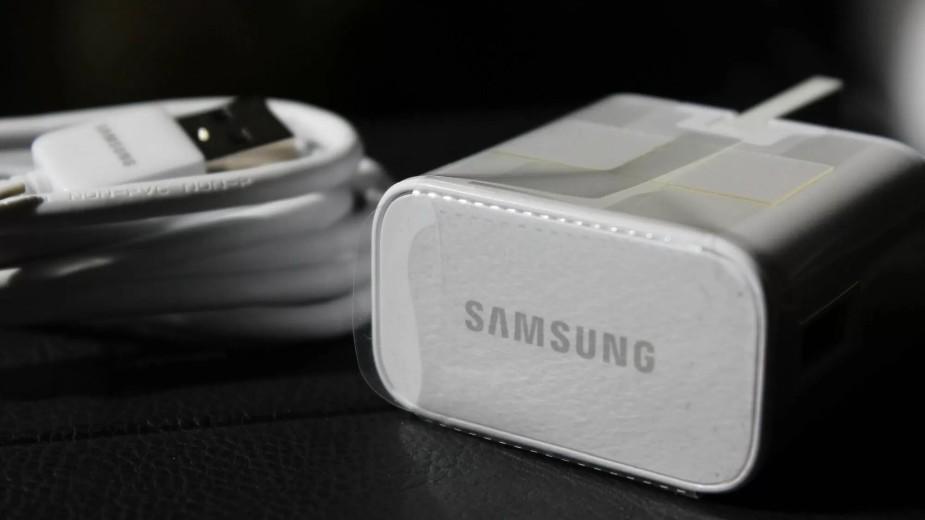 Samsung wyśmiewa decyzję Apple o rezygnacji z ładowarek w zestawie ze smartfonem