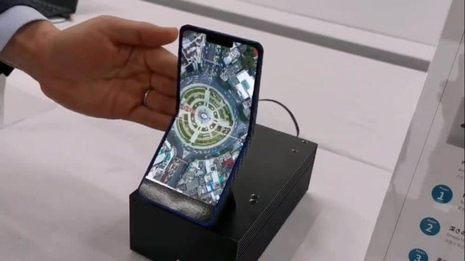 Sharp prezentuje prototyp składanego smartfona. Niczym telefon z klapką