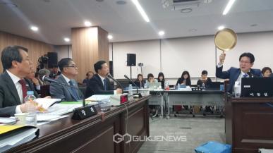 Polityk Korei Południowej grzmi o PUBG, dzierżąc złotą patelnię w dłoni