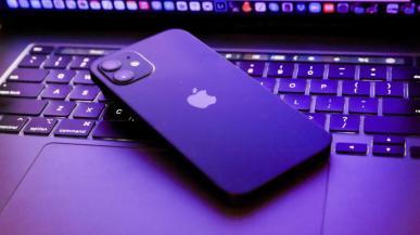Apple będzie skanować zdjęcia w iPhone'ach, by chronić dzieci. Pracownicy są tym zaniepokojeni