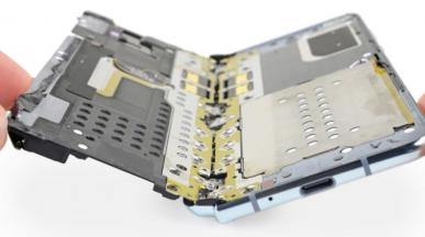 """iFixit sprawdza nowe Galaxy Fold. Smartfon \""""alarmująco delikatny\"""""""