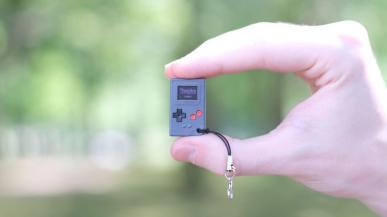 Thumby - konsola wielkości znaczka pocztowego z retro grami jak Tetris, Space Invaders i Snake